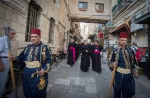 Od XII. stoljeća dvije muslimanske palestinske obitelji Nusayba i Ghudayya po odluci Saladina čuvari su ključeva bazilike Kristovoga groba. Jedna obitelj drži ključ a druga ima pravo otvarati vrata. One su kroz stoljeća naplaćivali hodočasnicima ulaz, a od toga jedan dio predavali sultanu. Od 1832. te obitelji primaju od triju konfesija (Latini, Grci, Armenci) točno određeni iznos za otvaranje vrata umjesto naplaćivanja ulaznica