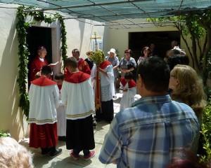 Nadbiskup Želimir Puljić blagoslovlja obnovljenu župnu kuću u Velom Ižu