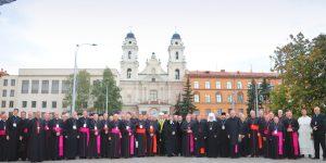 Predsjednici Europskih biskupskih konferencija u Minsku od 27. do 30. rujna 2017. (slika ispred katoličke katedrale)
